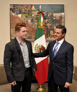 Saúl Álvarez y Enrique Peña Nieto en 2013 CC BY 2.0], via Wikimedia Commons